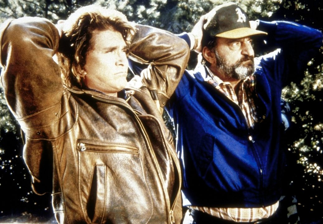 Jonathan (Michael Landon, l.) und Mark (Victor French, r.) geraten in geheimes Sperrgebiet. - Bildquelle: Worldvision Enterprises, Inc.