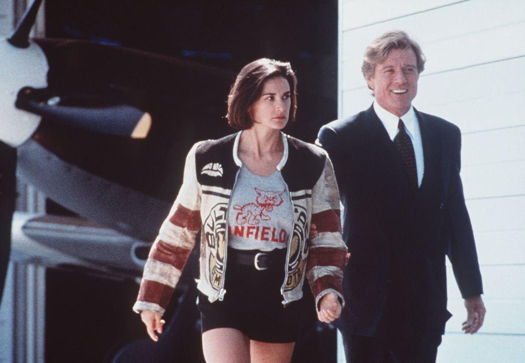 Der schwerreiche John Gage (Robert Redford, r.) zeigt Diana (Demi Moore, l.) sein gesamtes Anwesen - sie ist schwer beeindruckt ... - Bildquelle: Paramount Pictures
