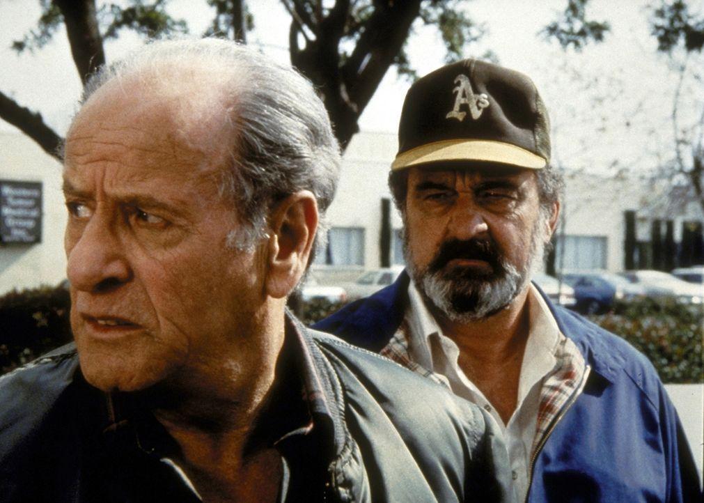 Gene Malloy (Eli Wallach, l.) sagt Mark (Victor French, r.), dass ihn der Gedanke an Tonys Unglück nicht mehr loslässt. - Bildquelle: Worldvision Enterprises, Inc.