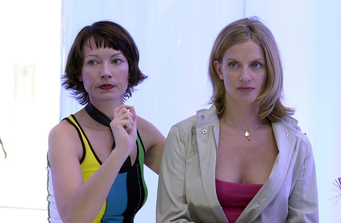Immer wieder versucht ihre beste Freundin Steffi (Heike Koslowski, l.), sie und Tom auseinander zu bringen. Da kommt Julie (Gunda Ebert, r.) hinter... - Bildquelle: Elke Werner ProSieben