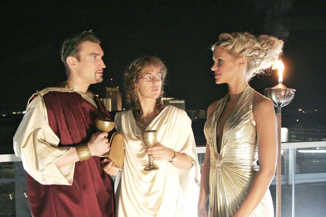 Überraschend für Lisa (Alexandra Neldel, M.) und Richard  (Karim Köster, l.) taucht Sabrina (Nina-Friederike Gnädig, r.) auf der Toga-Party auf. (Di... - Bildquelle: Noreen Flynn Sat.1