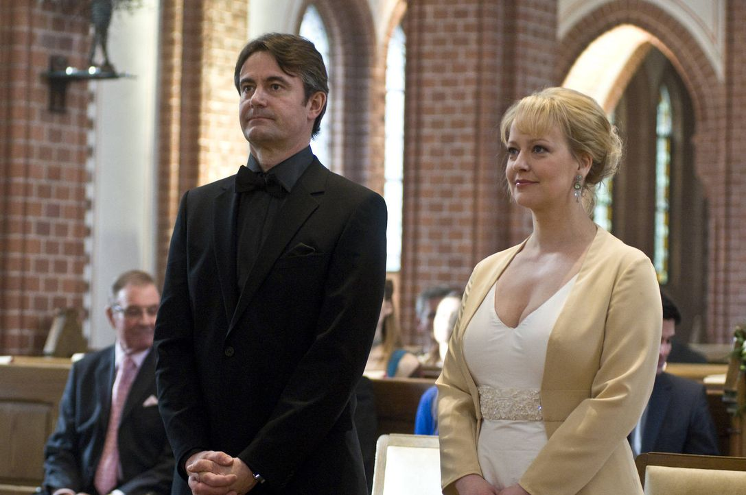 Der große Tag ist da. Roland Meisner (Robert Lohr, l.) und Lisa (Floriane Daniel, r.) wollen heiraten. Doch kaum beginnt die Trauung, da taucht auch... - Bildquelle: Martin Rottenkolber SAT.1