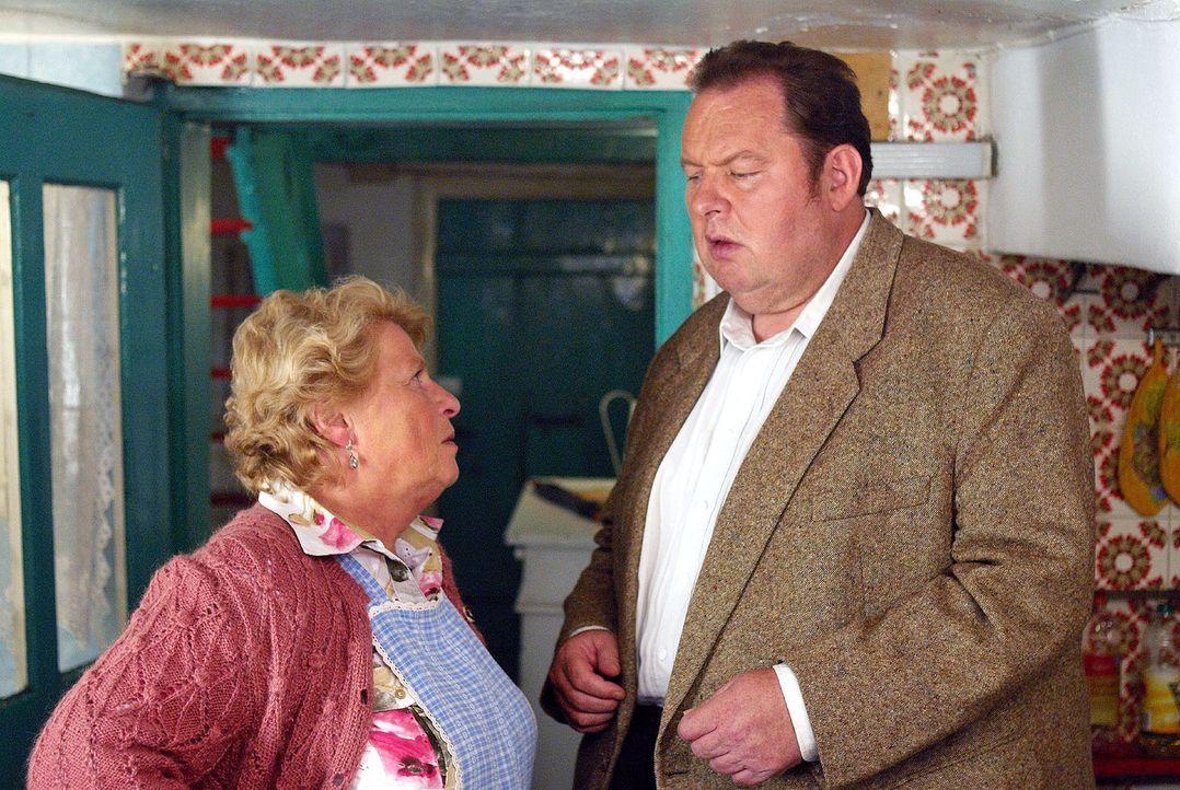 Seit Bennos (Ottfried Fischer, r.) Mama auf Mallorca festsitzt, herrscht in der Pension das Chaos. Seine Tante, die Gschwendner Anni (Christiane Blu... - Bildquelle: Walter Wehner Sat.1