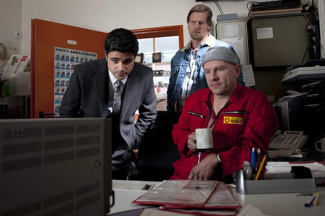 Mick (Henning Baum, hinten) und Andreas (Maximilian Grill, l.) haben schon bald einen Verdächtigen im Visier: Tankstellenpächter und Schwulenhasser... - Bildquelle: Martin Rottenkolber SAT.1