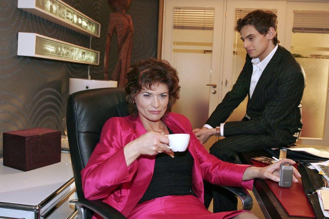 Sophie (Gabrielle Scharnitzky, l.) glaubt bald über Lisa triumphieren zu können. Als Alexander (Shai Hoffmann, r.) ihr erzählt, dass Lisa für ihr Fe... - Bildquelle: Noreen Flynn Sat.1