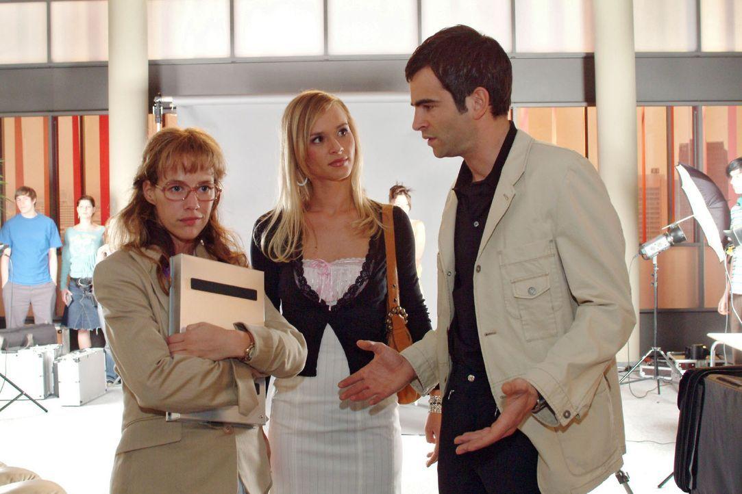 David (Mathis Künzler, r.) ist sichtlich genervt, als Lisa (Alexandra Neldel, l.) zu verhindern versucht, dass er mit der attraktiven Verena (Annett... - Bildquelle: Monika Schürle Sat.1