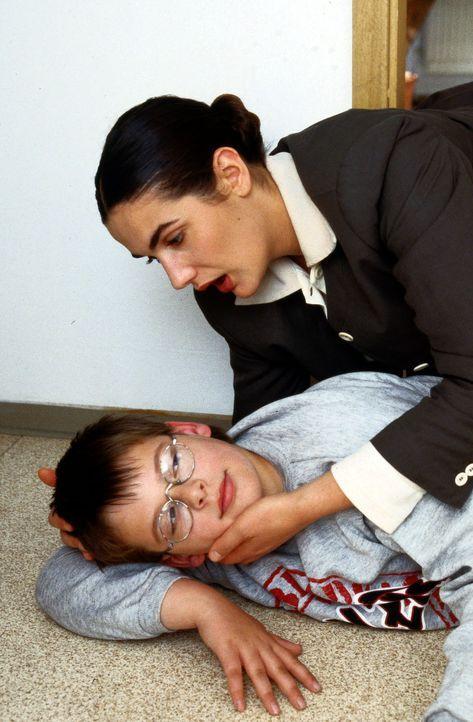 Dr. Anne Herzog (Anne von Linstow, r.) findet ihren kleinen Verehrer Felix (André Friedrich, l.) mit einem Herzanfall auf dem Boden ihrer Küche lieg... - Bildquelle: Krajewsky Sat.1
