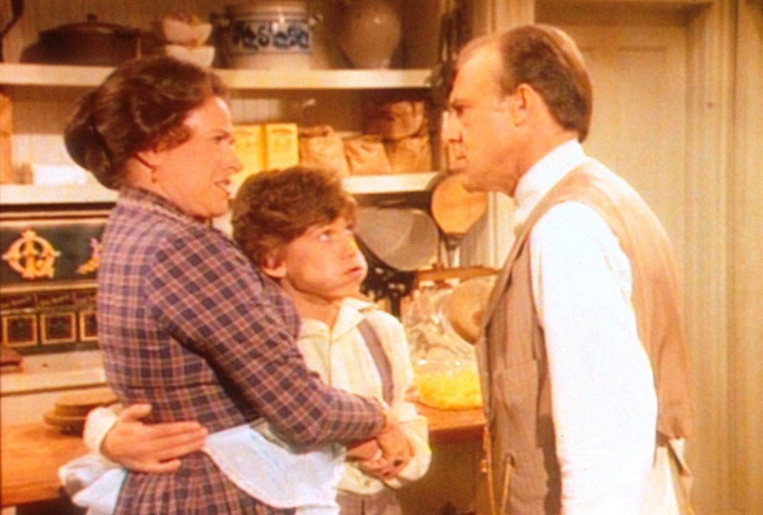 Mr. Oleson (Richard Bull, r.) fühlt sich von seiner Familie ausgenützt. Während sich Harriet (Katherine MacGregor, l.) und sein Sohn Willie (Jonatha... - Bildquelle: Worldvision