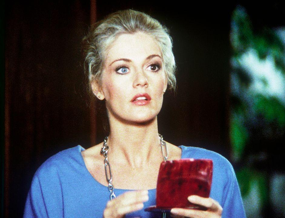 Francine (Martha Smith) schminkt sich für ihren Einsatz als Doppelgängerin der abtrünnigen ungarischen Agentin Magda Petrak.