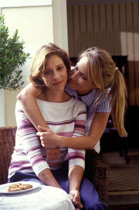Marie (Florentine Lahme, r.) tröstet Henriette (Carin C. Tietze, l.), die sich auf einen gemeinsamen Urlaub mit ihrem Mann gefreut hatte. Doch Harry... - Bildquelle: Christine Nachmann Sat.1
