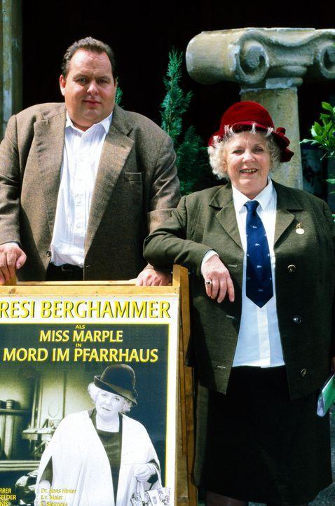 Benno Berghammer (Ottfried Fischer, l.) und seine Mutter Resi (Ruth Drexel, r.) präsentieren das Plakat der Theatergruppe der Pfarrei. Man gibt Agat... - Bildquelle: Magdalena Mate Sat.1