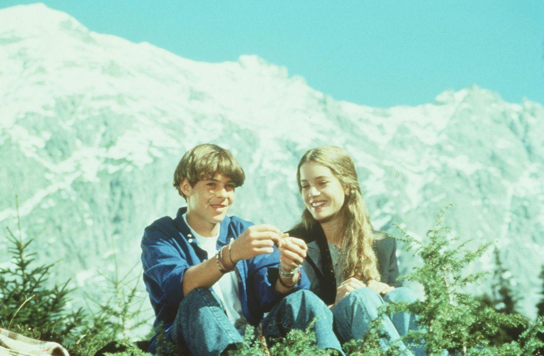 Maxl Burgner (Manuel Guggenberger, l.); Marie (Luisa Stroux, r.) - Bildquelle: Beta Film GmbH