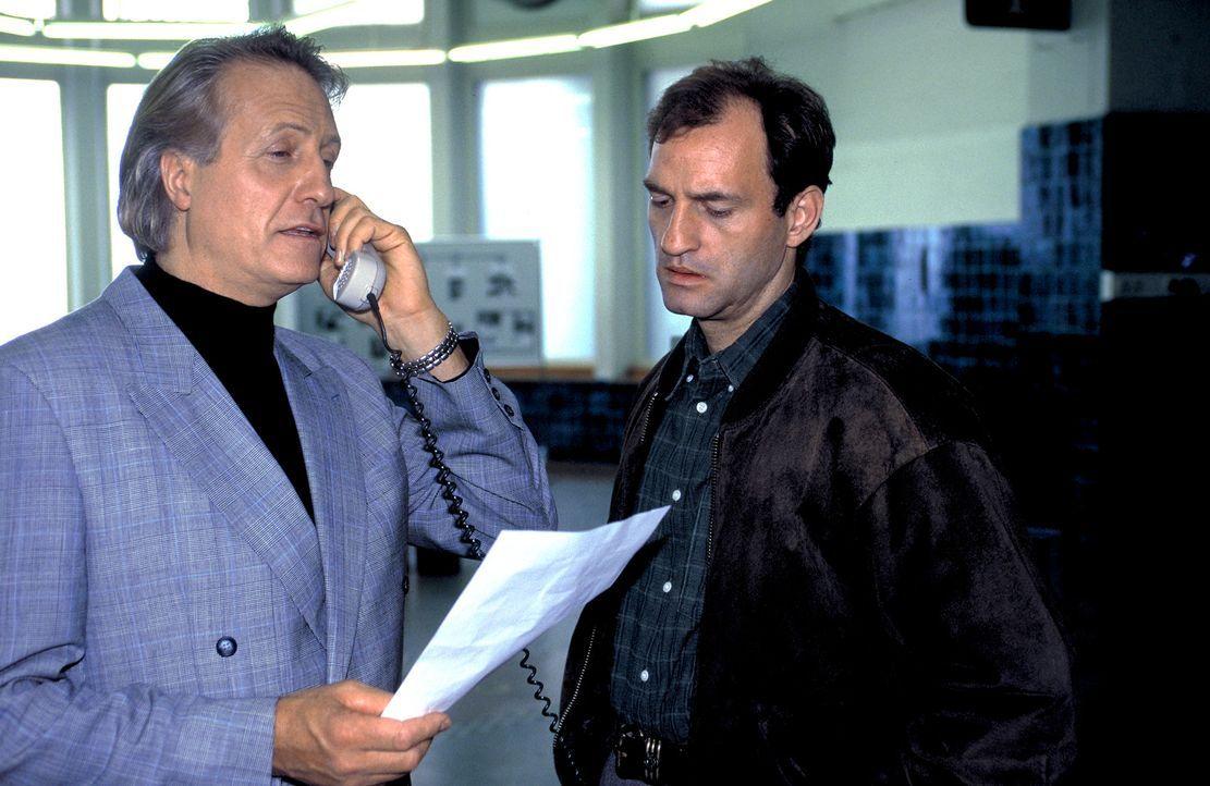 Agent Kurt Brecht (Mark Kuhn, r.) ist mit dem rücksichtslosen Vorgehen seines Chefs (Reiner Schöne, l.) keineswegs einverstanden. Er ahnt, dass das... - Bildquelle: Magdalena Mate ProSieben