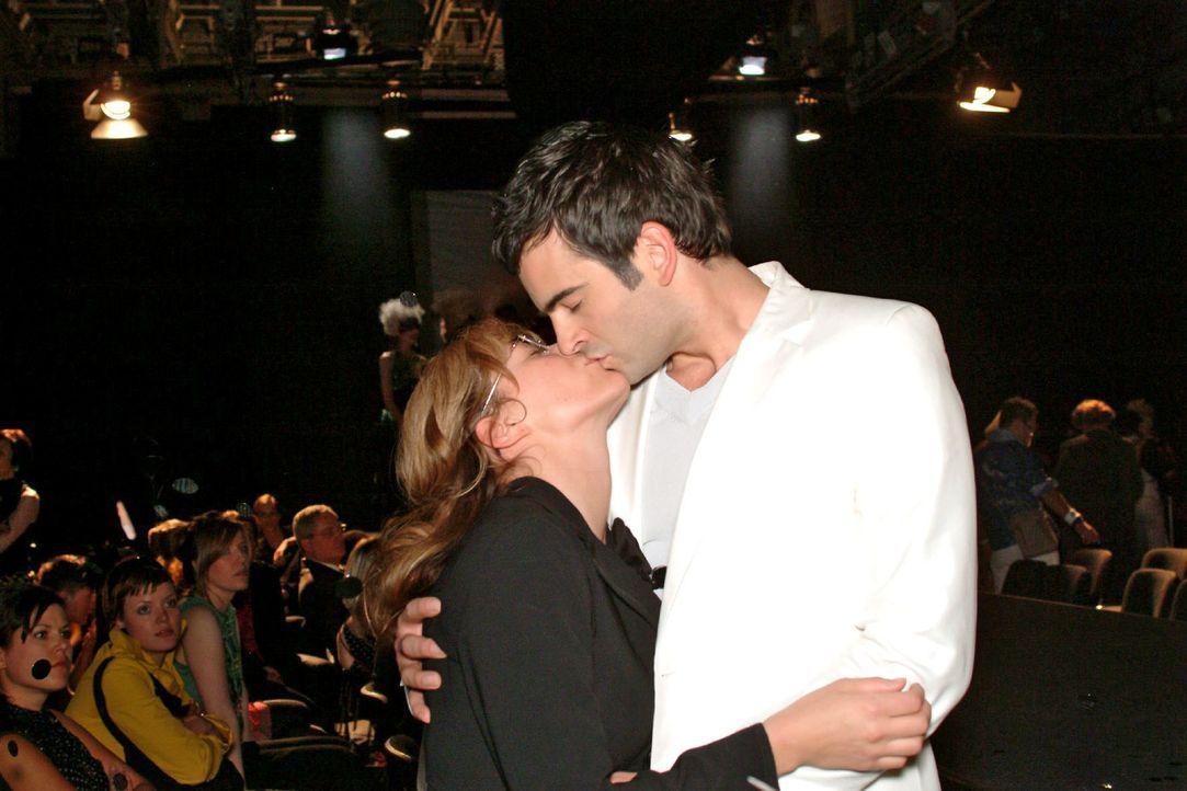 In seiner Euphorie über die gelungene Präsentation küsst David (Mathis Künzler, r.) spontan die überrumpelte Lisa (Alexandra Neldel, l.) ... (Dieses... - Bildquelle: Monika Schürle Sat.1