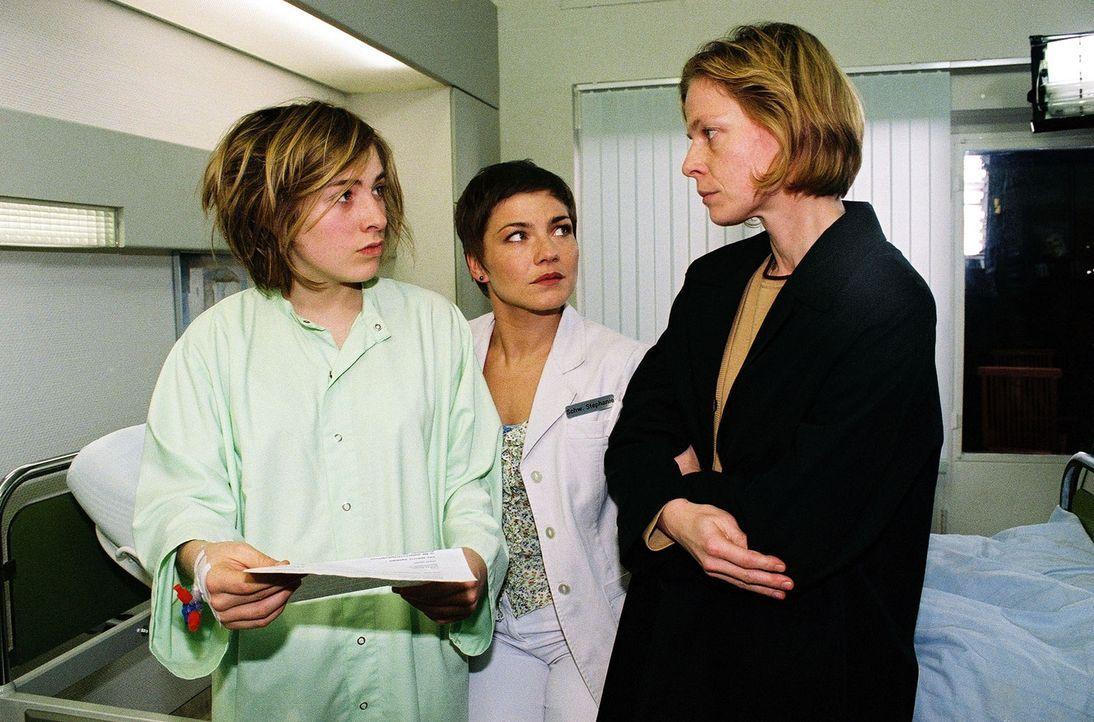 Nadja (Lina Schuller, l.) kann das Verhalten ihrer Mutter nicht begreifen: Hat Andrea (Corinna Kirchhoff, r.) absichtlich die Medikamente ihrer Toch... - Bildquelle: Monika Schürle Sat.1