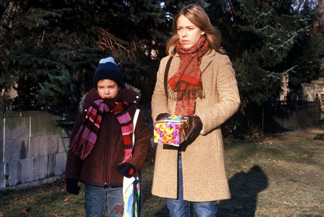 Kathrin (Anneke Kim Sarnau, r.) hilft ihrer Nichte Lilly (Sina Richardt, l.), das Meerschweinchen Sugar zu beerdigen. - Bildquelle: Volker Roloff Sat.1