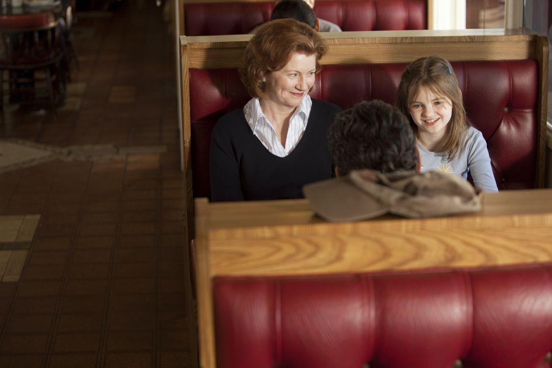 Ein Trucker (Bradford Tatum, M.) kidnappt immer wieder Frauen, um für seine Tochter Jody (Morgan Lily, r.), die bei einer Pflegemutter (Melisaa Culv... - Bildquelle: Adam Rose 2010 ABC Studios. All rights reserved. / Adam Rose