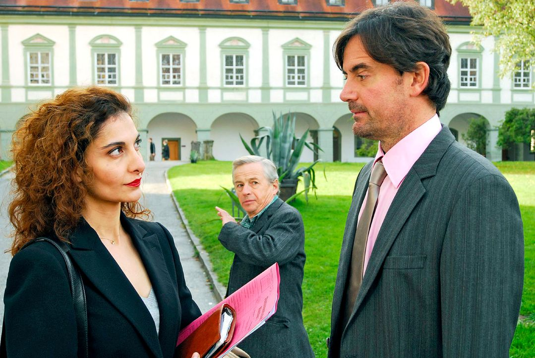 Frebert (Robert Lohr, r.) ist gar nicht begeistert von der neuen Anwältin Carla Gern (Proschat Madani, l.). Und jetzt wirbt sie ihm auch noch seinen... - Bildquelle: Hans Seidenabel Sat.1