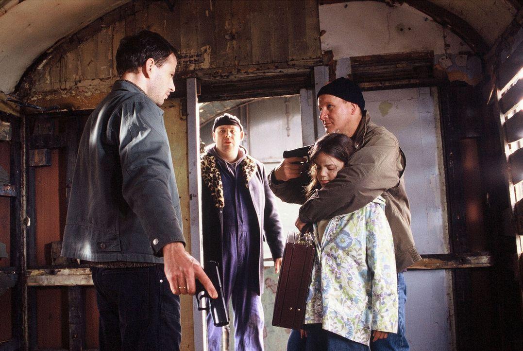 Schon bald können Timo (Frank Stieren, l.) und Manni (Axel Häfner, 2.v.l.) die kleine Lisa (Eva Diehle, 2.v.r.) aus den Händen des Entführers Karl T... - Bildquelle: Martin Menke Sat.1