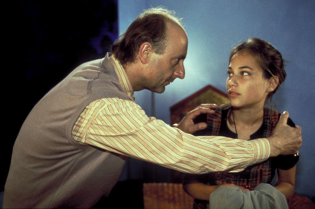 Obwohl Yvonne (Julia Palmer-Stoll, r.) ganz alleine zu Hause ist, lässt sie den dubiosen Hotelier Charlie (Michael Schönborn, l.) ins Haus. Schnell... - Bildquelle: Frank Lemm ProSieben