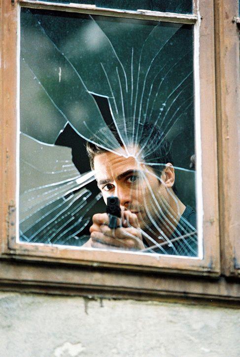 Marc (Alexander Pschill) versucht, den Geiselnehmer durch einen Schuss durch das Fenster außer Gefecht zu setzen ... - Bildquelle: Ali Schafler Sat.1