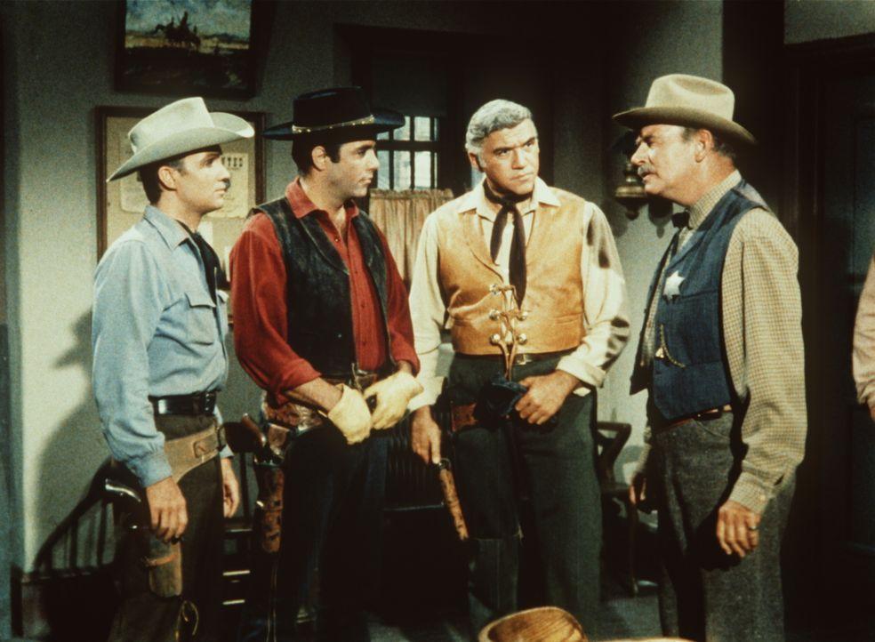 (v.l.n.r.) Sam Kirby (Ben Cooper) wird von Adam Cartwright (Pernell Roberts) und Ben Cartwright (Lorne Greene) gegenüber Sheriff Coffee (Ray Teal) i... - Bildquelle: Paramount Pictures