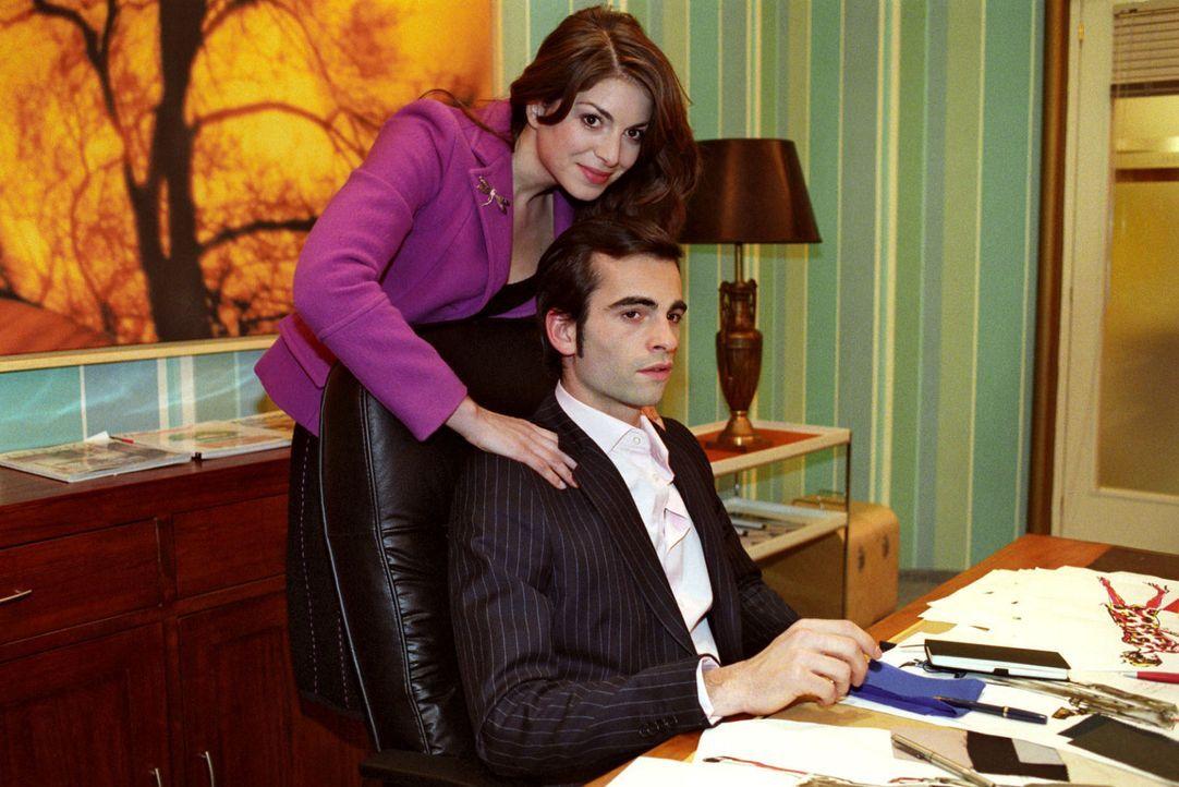 Mariella (Bianca Hein, l.) versucht ihren Verlobten David (Mathis Künzler, r.) davon zu überzeugen, dass er Sabrina die Assistentenstelle gibt. Dami... - Bildquelle: Noreen Flynn Sat.1