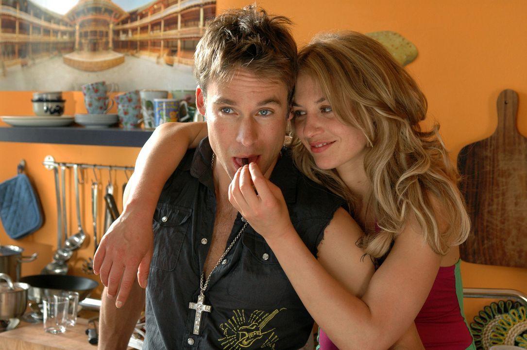 Stupps beschließt, dass Max (Marco Girnth, r.) an Miriam (Julia Thurnau, l.) seine Macho-Tauglichkeit testen soll. Doch unglücklicherweise verliebt... - Bildquelle: Stefan Erhardt ProSieben