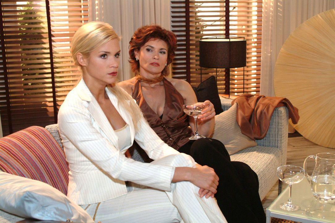 Sabrina (Nina-Friederike Gnädig, l.) fordert von Sophie (Gabrielle Scharnitzky, r.) ihr zu zeigen, wie man eine vollkommene Dame wird. Doch Sophie g... - Bildquelle: Monika Schürle Sat.1