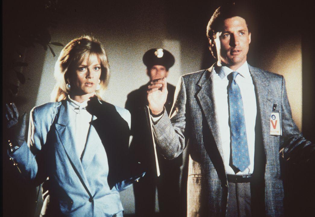Francine (Martha Smith, l.) und Lee (Bruce Boxleitner, r.) werden von der amerikanischen Polizei wegen Landesverrats festgenommen. Können sie ihre U...
