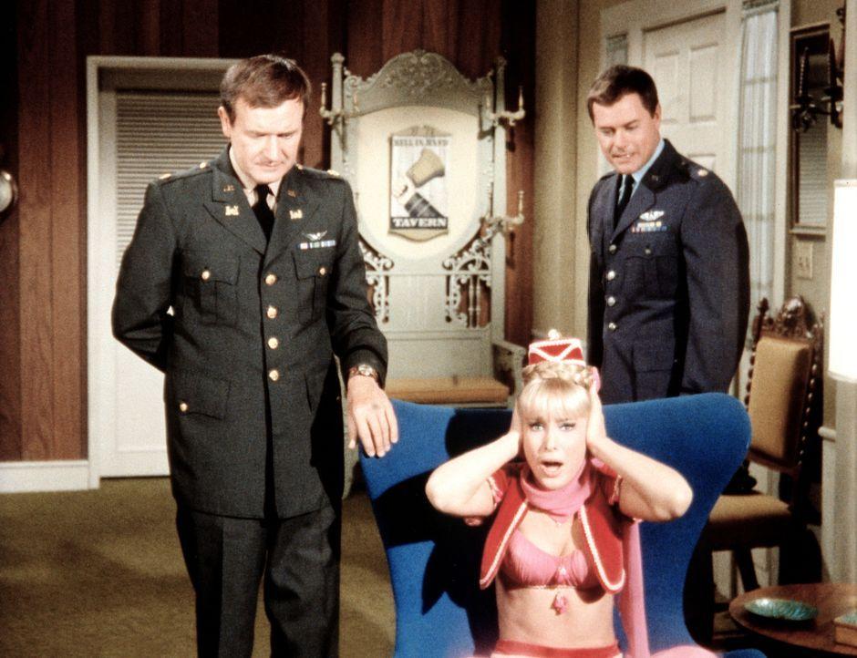 Roger (Bill Daily, l.) und Tony (Larry Hagman, r.) wollen nicht, dass Jeannie (Barbara Eden, M.) ihnen hilft, mit ihrem Spezialtraining leichter fer... - Bildquelle: Columbia Pictures