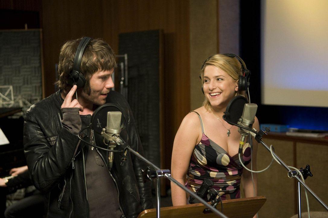 Für Mark (Daniel Wiemer, l.) geht ein Traum in Erfüllung: Chris (Jeanette Biedermann, r.) nimmt im Studio mit ihm den gemeinschaftlich komponierten... - Bildquelle: Christine Schröder SAT. 1