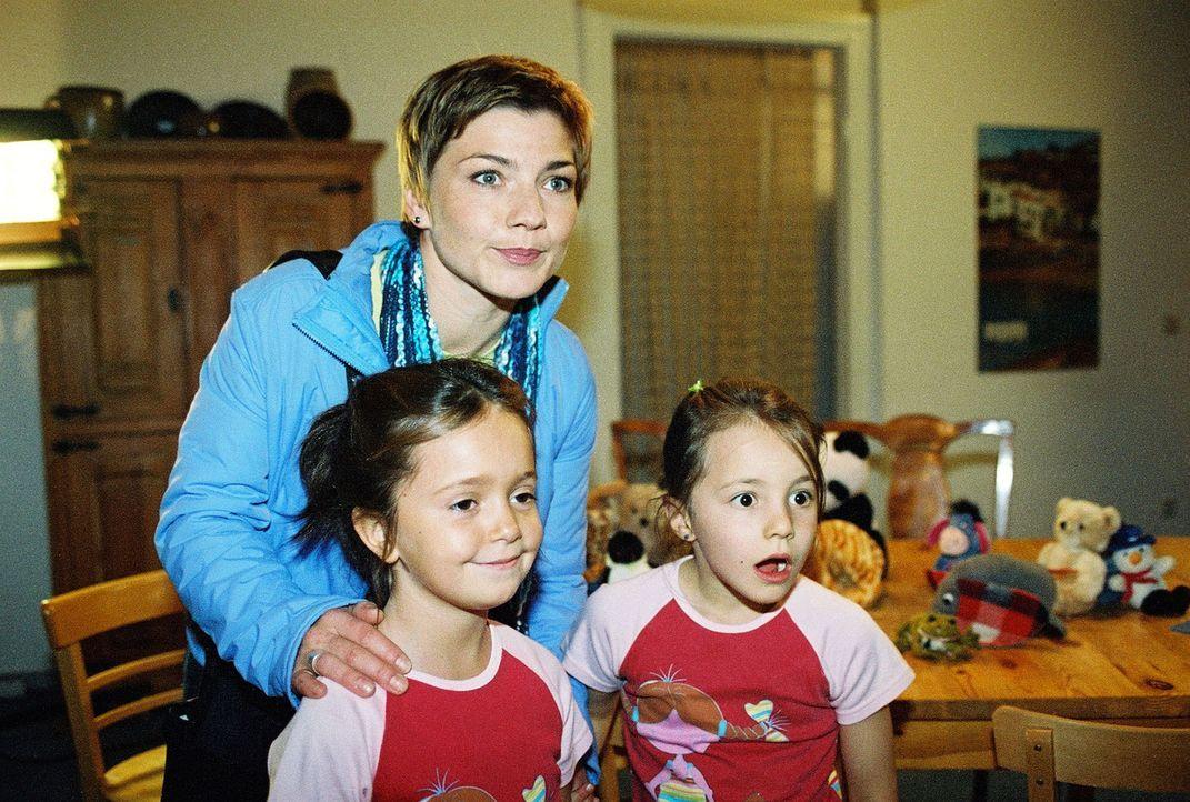 Stephanie (Claudia Schmutzler, M.) und ihre Zwillinge Julia Elke (Lisa Willschütz, l.) und Klara Sophie (Hanna L.Winter, r.) werden von WG überrasch... - Bildquelle: Monika Schürle Sat.1
