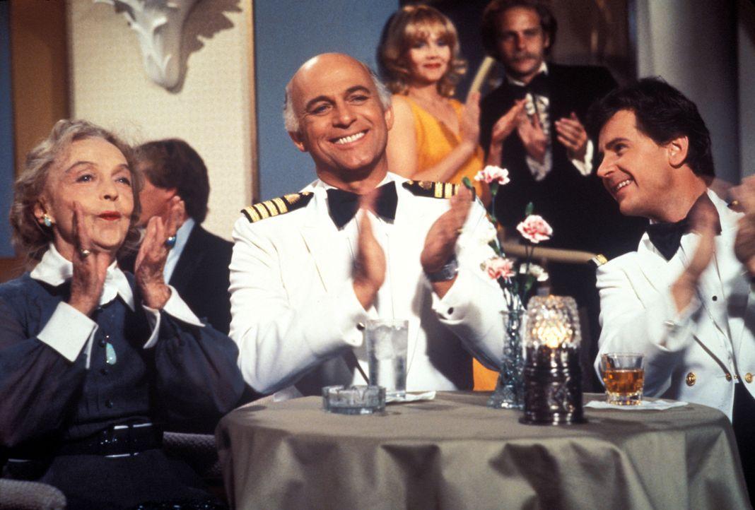 (4. Staffel) - Für die Gäste, wie auch die Besatzung um Kapitän Merill Stubing (Gavin MacLeod, M.) und Steward 'Gopher' Smith (Fred Grandy, r.), ist... - Bildquelle: CBS Studios Inc. All Rights Reserved.