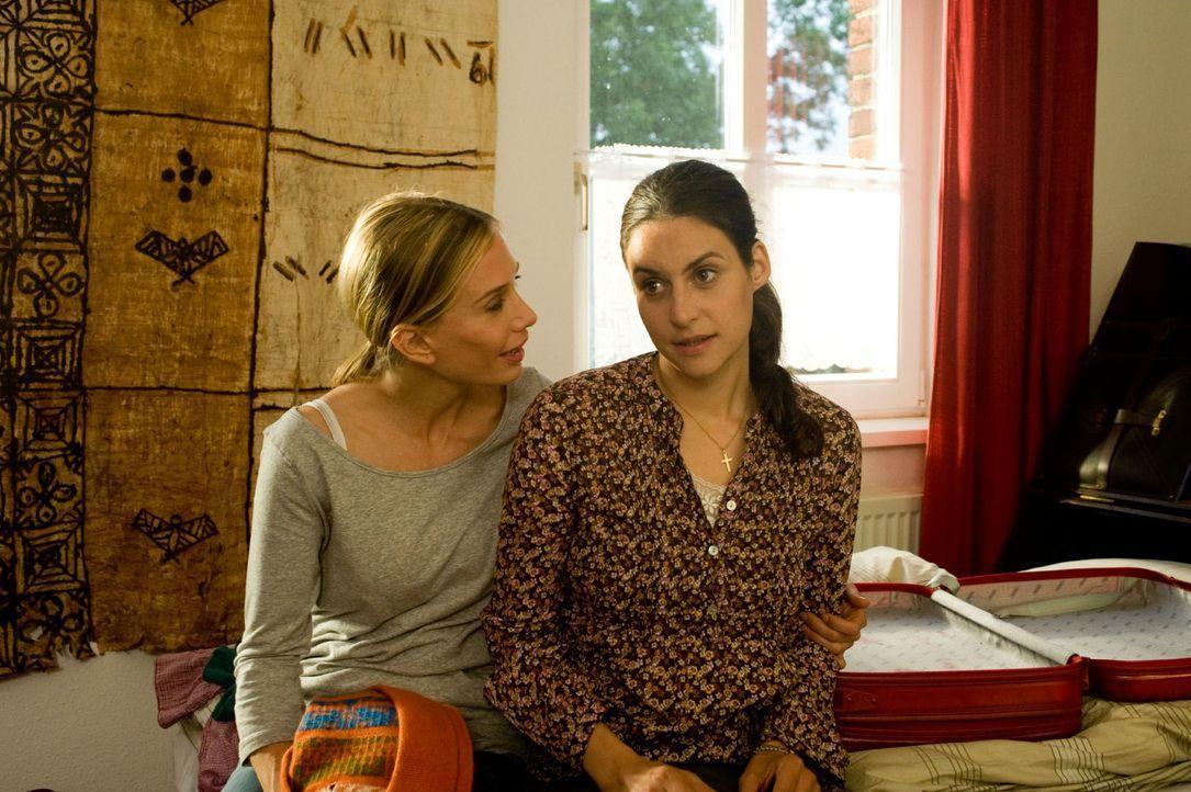 Maja (Nadeshda Brennicke, l.) ermuntert Doreen (Liane Forestieri, r.) mit ihr nach Mailand zu gehen und ihren Freund Steffen zu verlassen. - Bildquelle: Gordon Mühle Sat.1