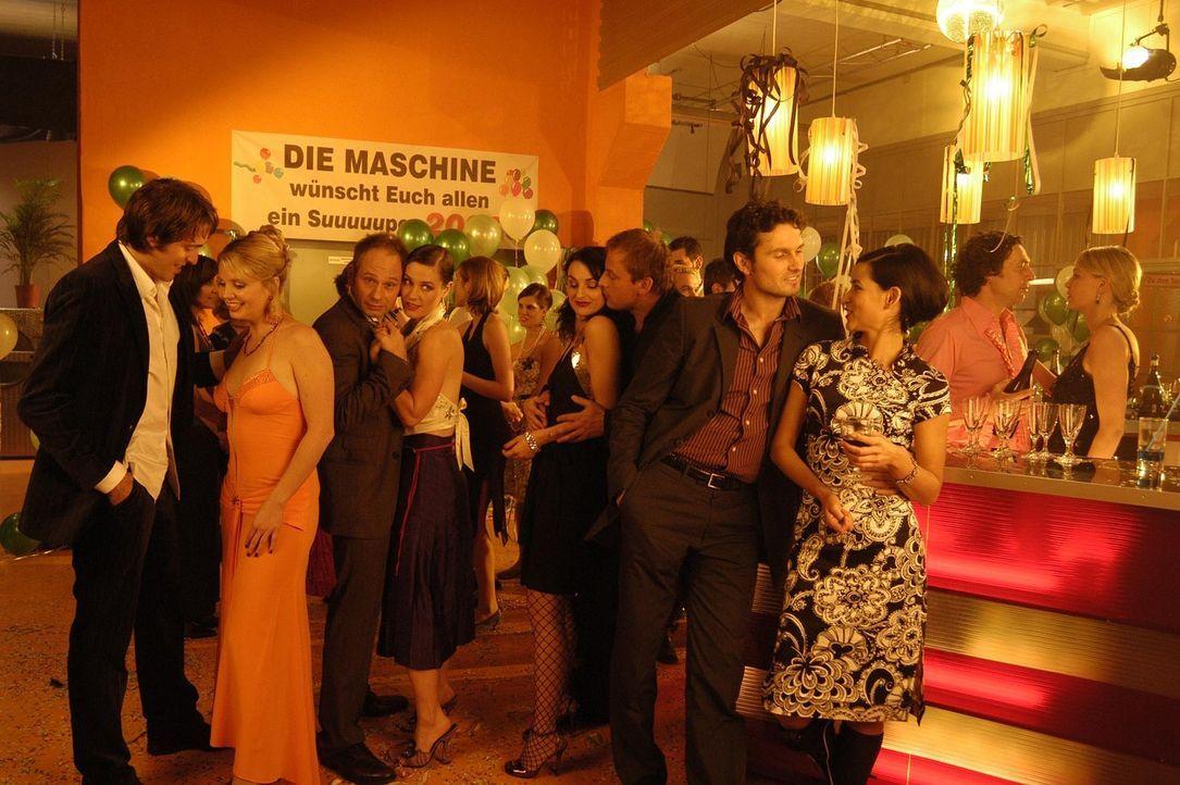 Auf (v.l.n.r.) Tobias (Lorenz Nufer), Minza (Annette Frier), Frieder (Michael Lott), Valerie (Rhea Harder), Frenzy (Miranda Leonhardt), Stefan (Eckh... - Bildquelle: Hans Seidenabel ProSieben