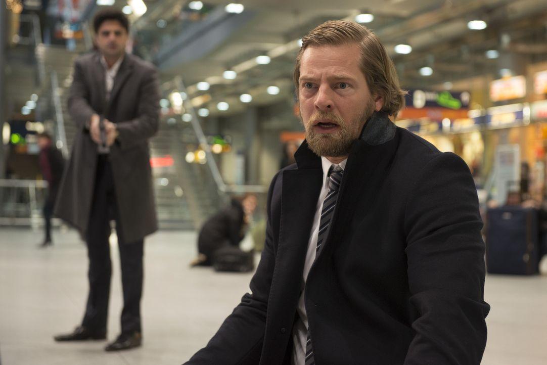 Andreas (Maximilian Grill, l.) kann es kaum glauben, aber vor dem Mordopfer kniet Mick (Henning Baum, r.) mit einer Waffe in der Nähe. Was hat sein... - Bildquelle: Martin Rottenkolber SAT.1 / Martin Rottenkolber