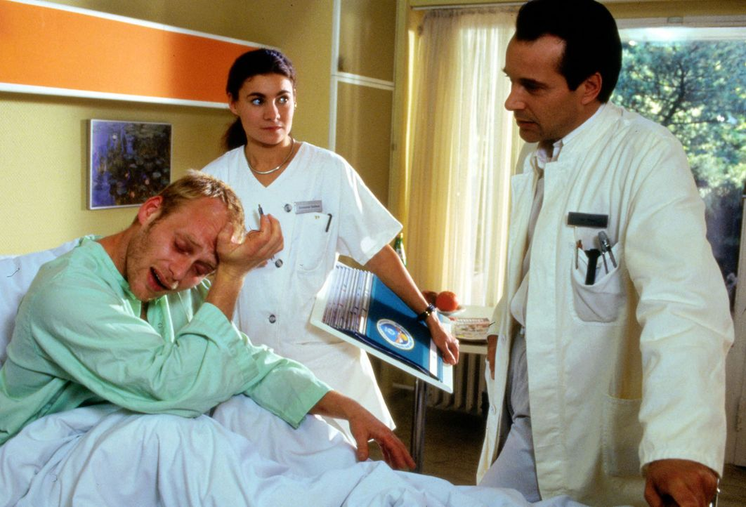 Oberarzt Dr. Stein (Christoph Schobesberger, r.) glaubt nicht, dass man dem drogensüchtigen Jochen (Rainer Strecker, l.) noch helfen kann. Der jung... - Bildquelle: Noreen Flynn Sat.1