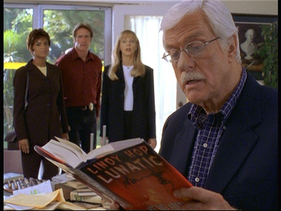 Amanda (Victoria Rowell, l.), Steve (Barry Van Dyke, 2.v.l.) und die Autorin Kay Ludlow (Shelley Long, 2.v.r.) beobachten Mark (Dick Van Dyke, r.),... - Bildquelle: Viacom