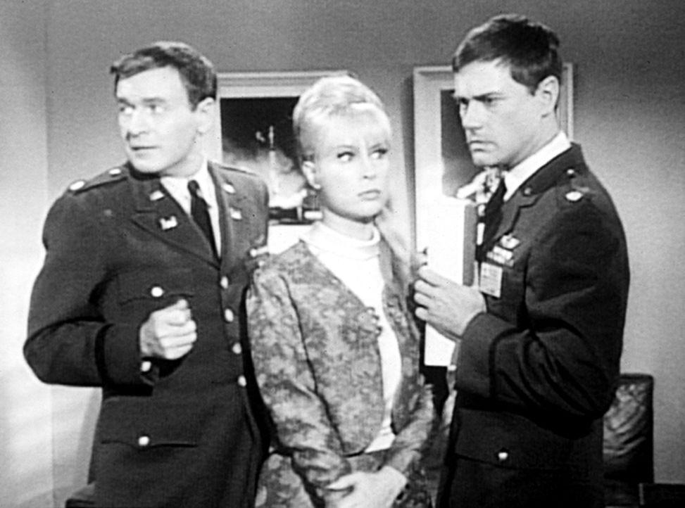 Tony (Larry Hagman, r.) hat Jeannie (Barbara Eden, M.) und Freund Roger (Bill Daily, l.) einen Besuch im Maxim in Paris versprochen - leider ist es... - Bildquelle: Columbia Pictures
