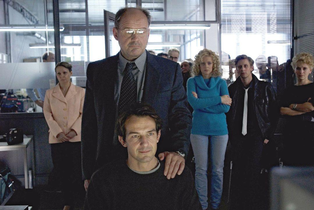 Tief erschüttert sieht Andreas (Hans-Werner Meyer, Mitte sitzend) zusammen mit seinem Chefredakteur Teufel (August Schmölzer, Mitte stehend) und den... - Bildquelle: Dirk Plamböck Sat.1