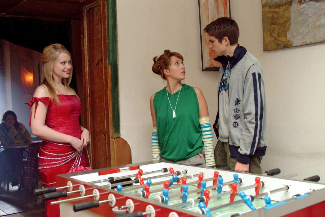 Was für ein Anblick: Hannah (Laura Osswald, M.) und Timo (Matthias Dietrich, r.) sind entgeistert - und peinlich berührt -, als die aufgetakelte Kim... - Bildquelle: Monika Schürle Sat.1