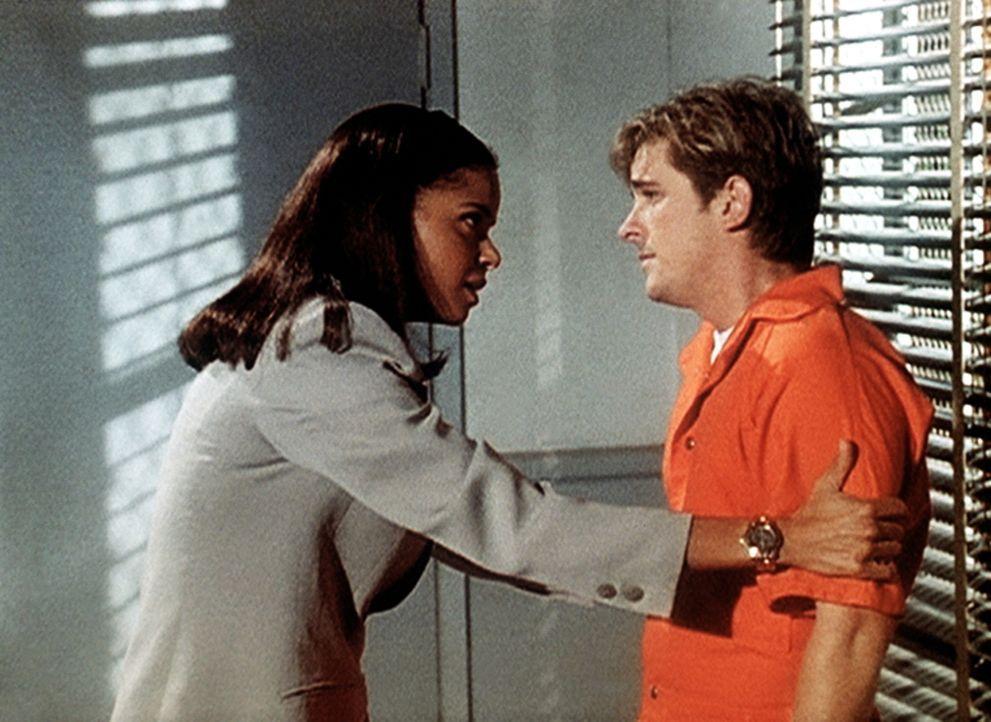 Amanda (Victoria Rowell, l.) besucht Jesse (Charlie Schlatter), der wegen Mordverdachtes im Gefängnis sitzt. Ist er der gesuchte Mörder? - Bildquelle: Viacom