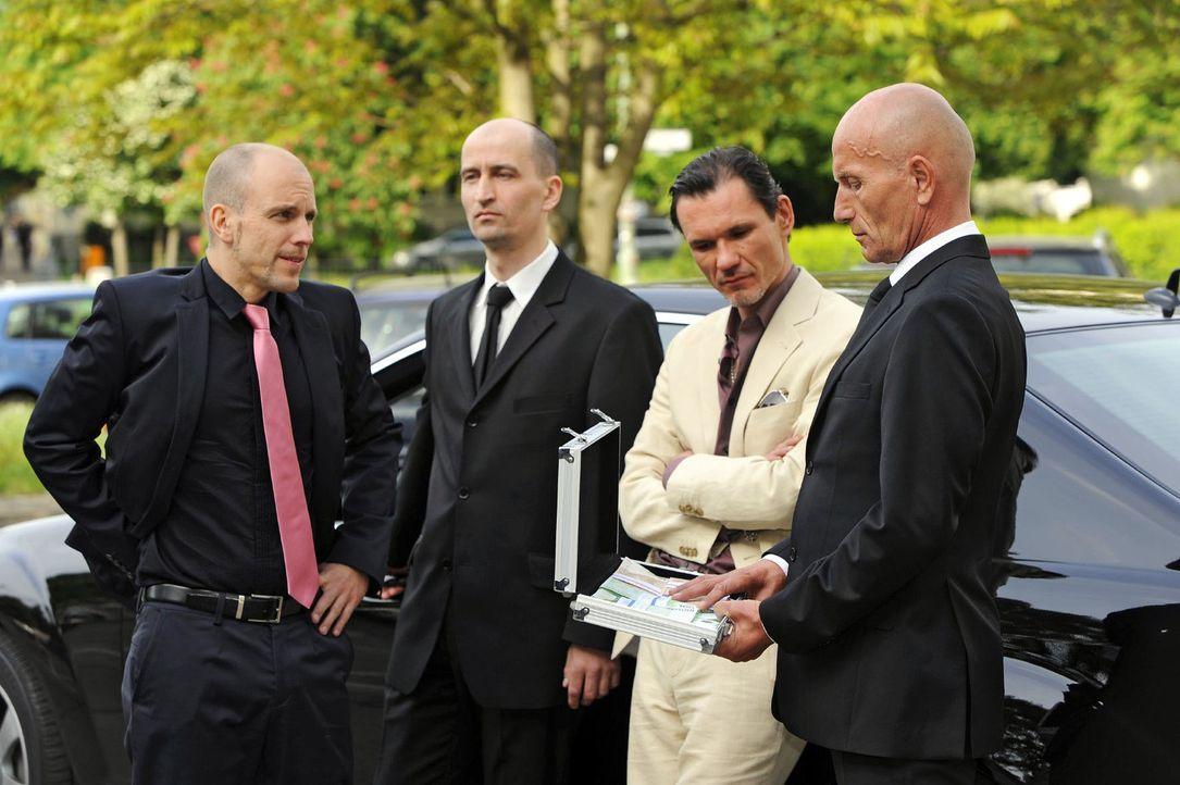 Gerrit (Lars Löllmann, l. ) gibt Igor (Dimitri Bilov, 2.v.r.) das Geld zurück, doch dieser besteht auf seine Zinsen. - Bildquelle: Oliver Ziebe Sat.1
