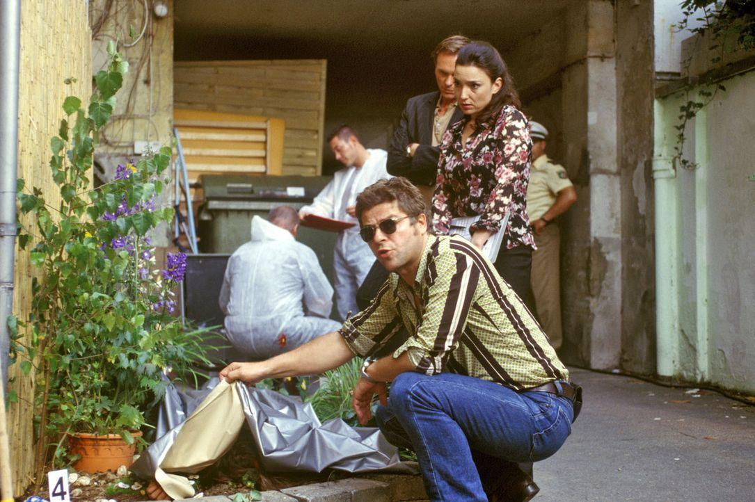 Die Leiche von Sarah Blum wird im Blumenbeet im Hinterhof gefunden. Jupp (Uwe Fellensiek, vorne), Falk (Dirk Martens, hinten) und Dr. Schwarz (Tatja... - Bildquelle: Martin Lässig Sat.1