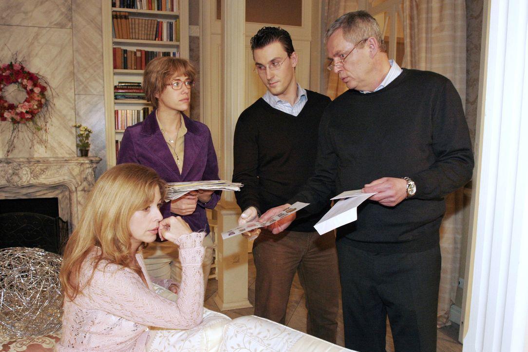 Laura (Olivia Pascal, l.), Lisa (Alexandra Neldel, 2.v.l.) und Friedrich (Wilhelm Manske, r.) sind schockiert, als im Beisein von Kommissar Jank ein... - Bildquelle: Noreen Flynn Sat.1