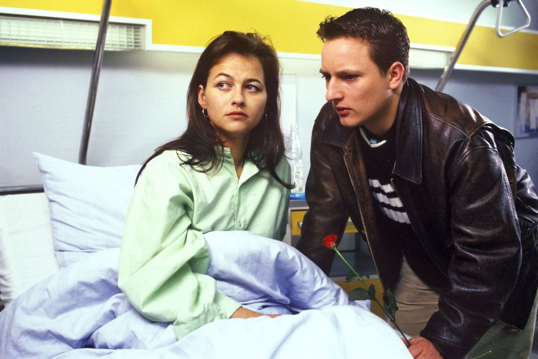Natascha Honig (Eva Blum, l.), die einen Radunfall hatte, ist sich nicht sicher, ob sie von Kurt (Matthias Noack, r.) oder Oliver schwanger ist ... - Bildquelle: Noreen Flynn Sat.1