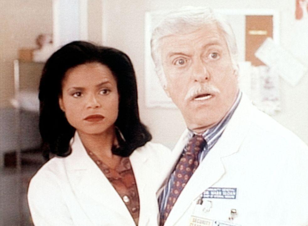 Mark (Dick Van Dyke, r.) und Amanda (Victoria Rowell, l.) ist eine Leiche abhanden gekommen. - Bildquelle: Viacom