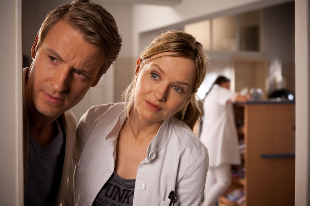 (1. Staffel) - Seit ihrer Rückkehr aus Afrika arbeitet die junge Ärztin Dr. Nina Hansen (Stefanie Stappenbeck, r.) in der schlichten Allgemeinarzt-P... - Bildquelle: Conny Klein SAT.1