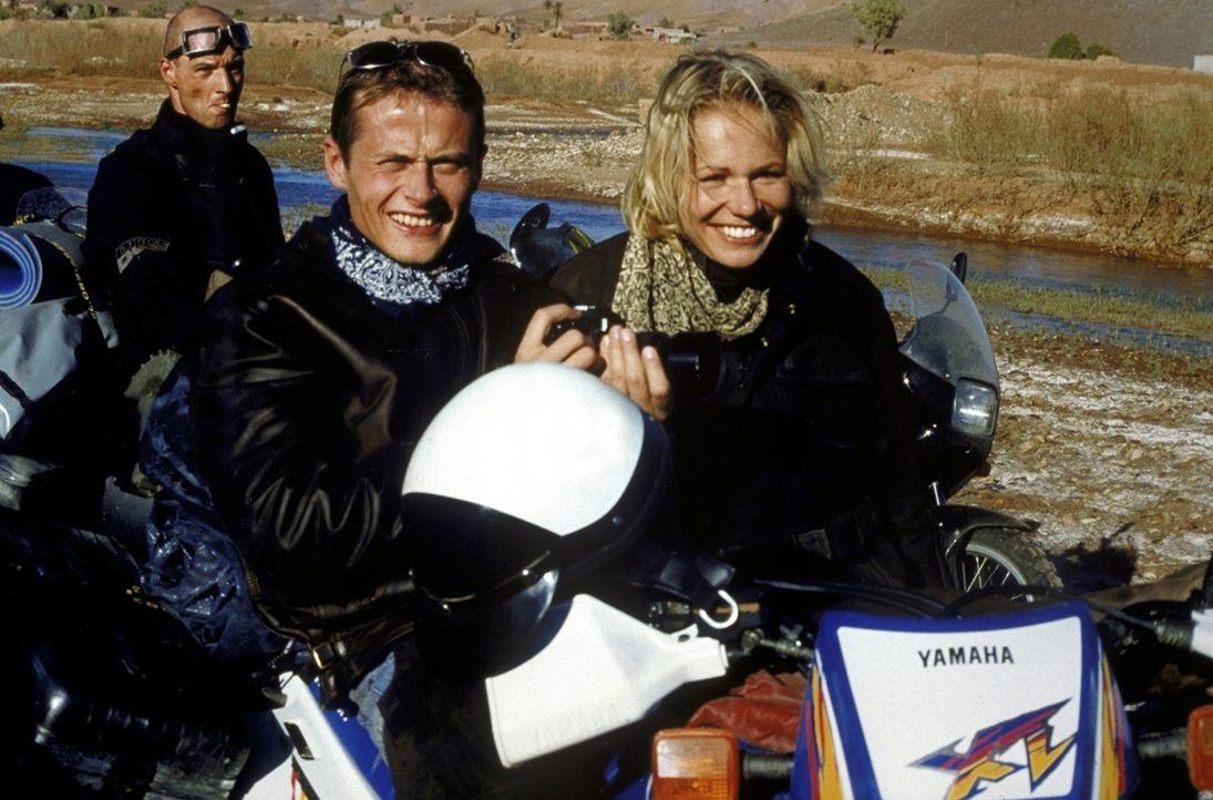 Jan (Roman Knizka, M.) und seine Freunde Hardy (Simon Licht, hinten) und Jennifer (Claudine Wilde, r.) begeben sich auf eine Motorradtour durch den... - Bildquelle: Heiko von Tippelskirch ProSieben